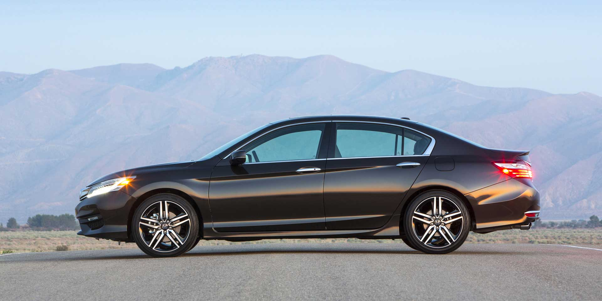 2017 Honda Accord The Is A Five Seat Mid Size Car That Available In Sedan Or Coupe Configurations Competes With Ford